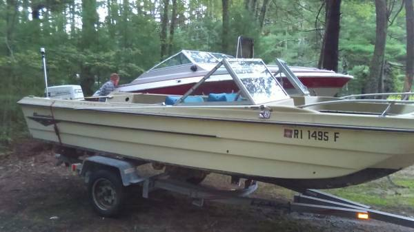 18 ft Trihull Bowrider OUTBOARD Boat in Fair/Good Shape