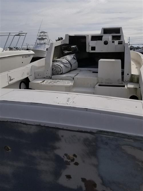 1991 25' Grady White Hull stern view