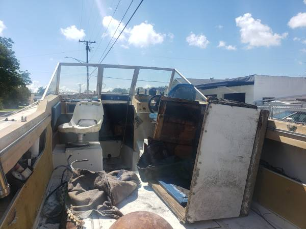 23 foot boat cabin cockpit view