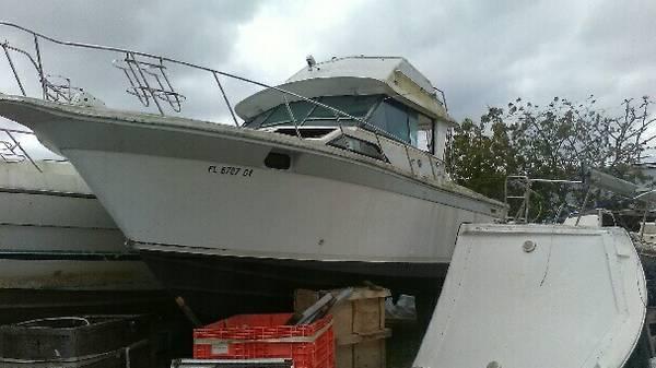Flybridge boat