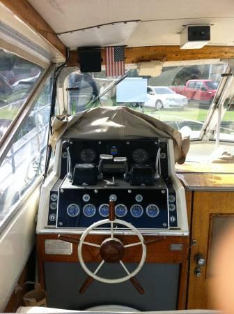 1966 Chris Craft 31' Commander cabin