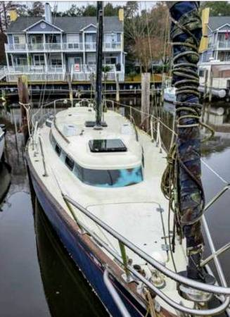 1976 32' PEARSON 323 SAILBOAT deck from bow
